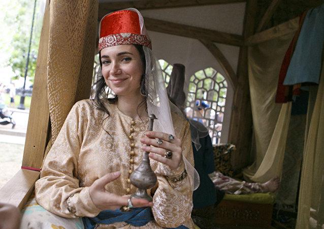 """特维尔大街上的骆驼和游牧民族:历史与时代狂欢节框架内的""""丝绸之路""""展区"""