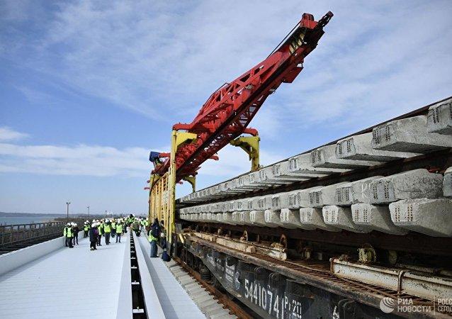 克里米亞大橋首條鐵路線已經建成