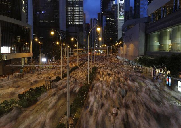 中国国务院港澳办:坚决支持香港政府和警方依法处置暴力冲击立法会事件