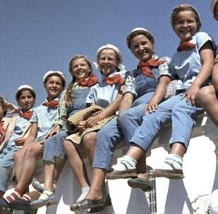 """在全苏""""阿尔捷克""""列宁少先队夏令营度假的中小学生们,1963年"""