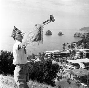 「阿爾捷克」少先隊夏令營的吹號手,1964年