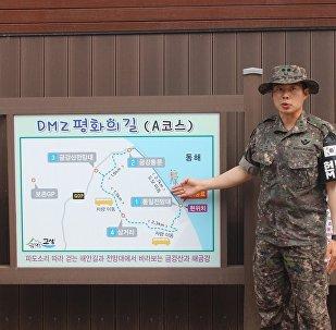 中校裴中領介紹未來的旅行路線。