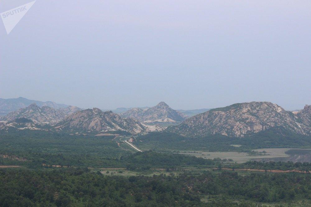 從韓國最北面的瞭望台俯瞰跨境道路的風光。