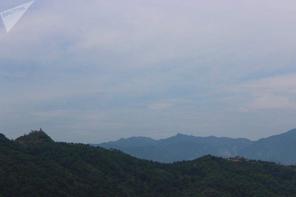 金剛山側面風光。山頂左側是韓國人位於最北端的觀察哨,右側距其500米處是朝鮮同行。