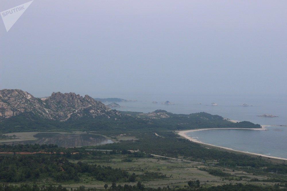 從風景如畫的鑑湖稍微往南一點,250公里長的軍事分界線的尾段從這裡通過。這條分界線把曾幾何時統一的朝鮮一分為二。往北15公里是金剛山韓朝共同旅遊區,在10年開放期內共有將近200萬韓國人造訪。