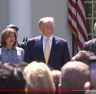 美国政府代表在白宫花园为特朗普唱生日快乐歌