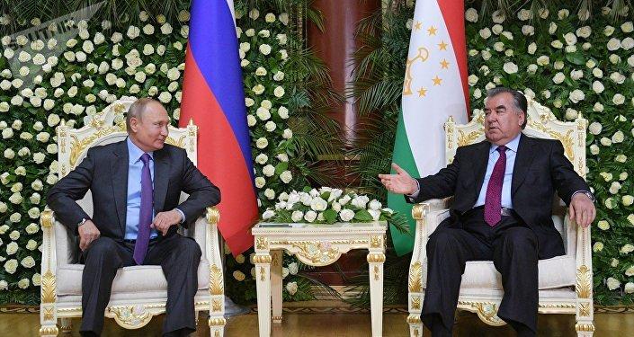 俄罗斯总统普京(左)和塔吉克斯坦总统拉赫蒙