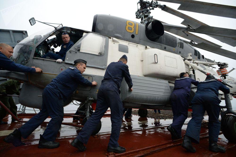 """在""""Sareks-2019""""海上搜救演习中,海员为卡-27直升机起飞做准备"""