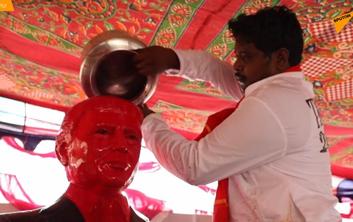 一印度人把特朗普供奉为神