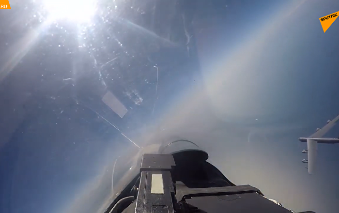 俄苏-27战斗机在黑海和波罗的海上空拦截美军轰炸机