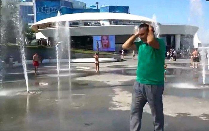 萨卡什维利在敖德萨穿过喷泉