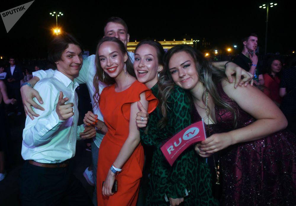 在莫斯科高爾基中央文化休閒公園參加「莫斯科畢業典禮」的俄羅斯中學畢業生