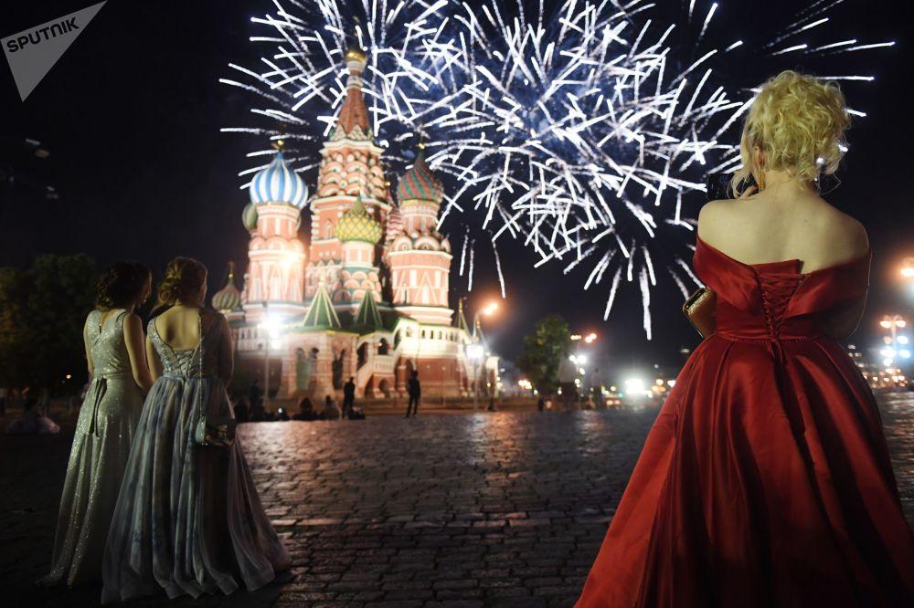 紅場節日燃放煙花期間的俄羅斯中學畢業生