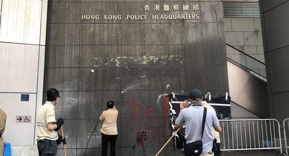 包围香港警察总部的示威者散去