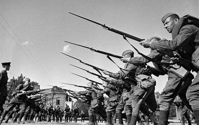 战士们出征前接受训练。