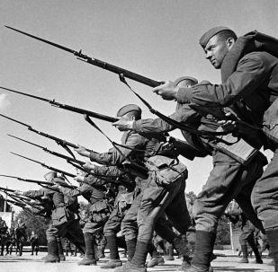 戰士們出征前接受訓練。