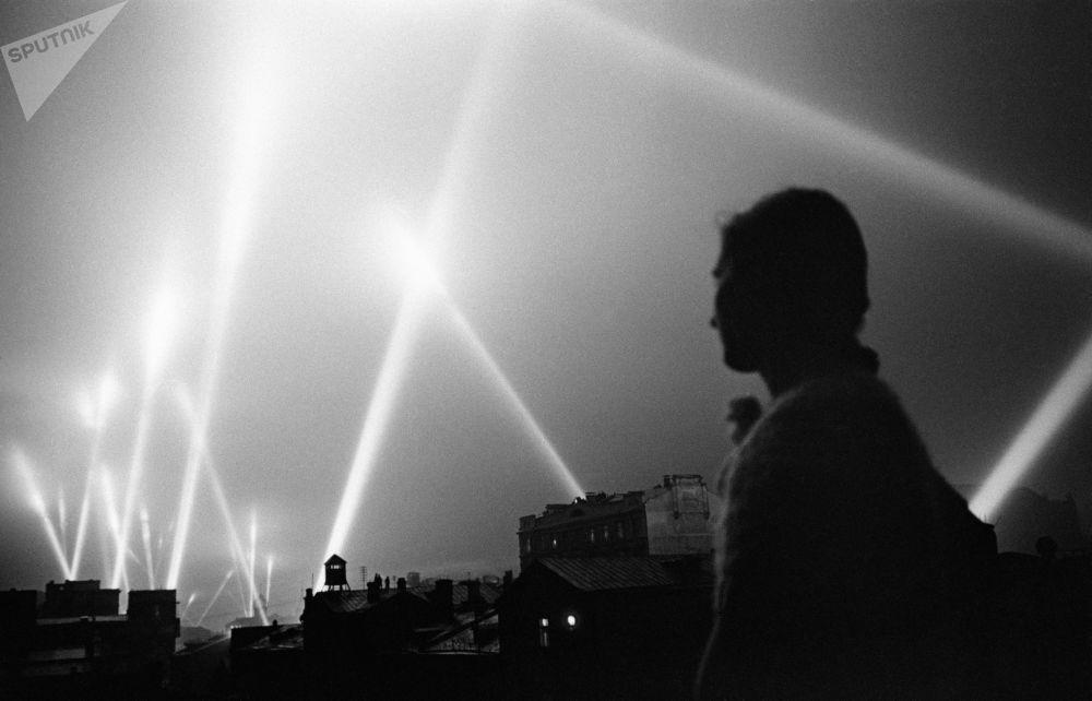 防空部隊探照燈照亮莫斯科的夜空。