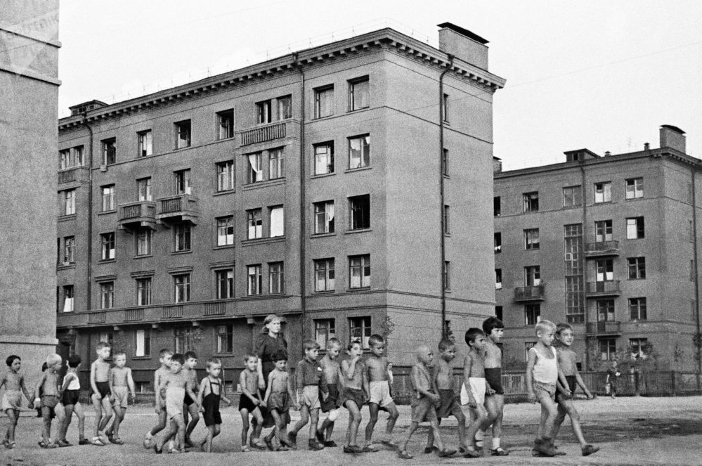 莫斯科街上的孩子們,1941年6月23日的。