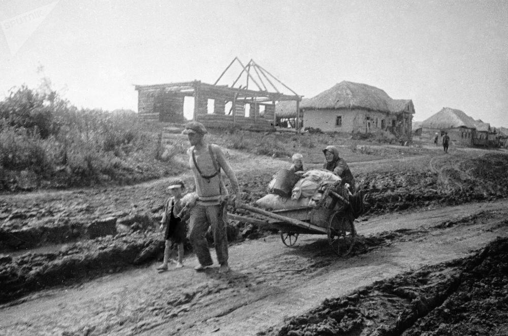 1941年7月,一家人離開家園。