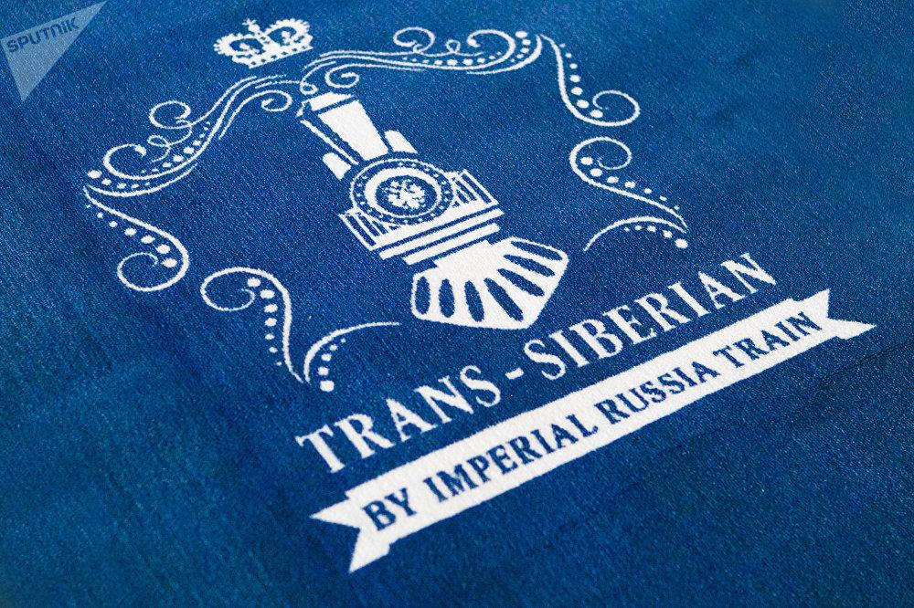 """从莫斯科出发前往北京的""""必威体育帝国号""""VIP列车的乘客前的红地毯"""
