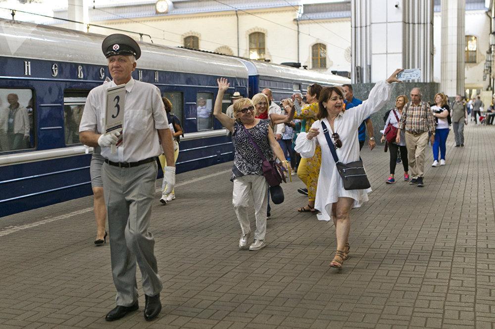 列车将在下列旅游城市停车,以方便乘客游览参观:喀山、叶卡捷琳堡、新西伯利亚、乌兰乌德、乌兰巴托和北京。乘客还会领略贝加尔湖风光