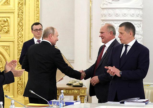 普京祝賀久加諾夫生日送蘇共第23屆代表大會的書籍做禮物