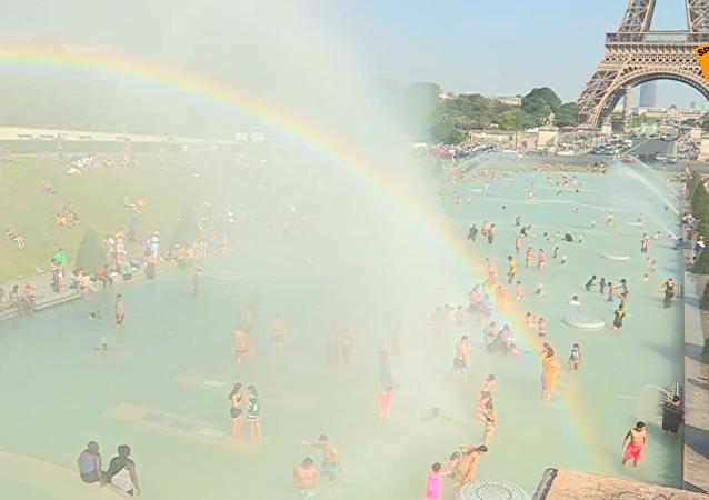 热浪来袭,巴黎市民喷泉池消暑