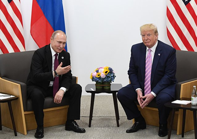 俄罗斯总统普京(左)和美国总统特朗普