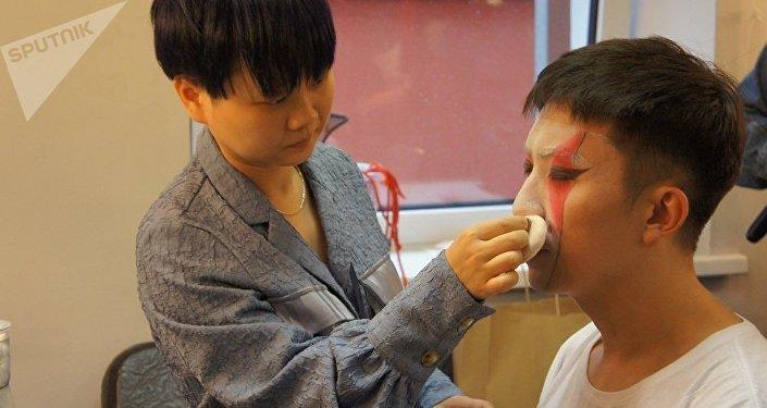 演員在演出前化妝