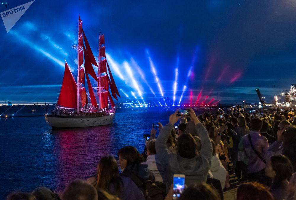 聖彼得堡慶祝「紅帆節」中學生畢業日