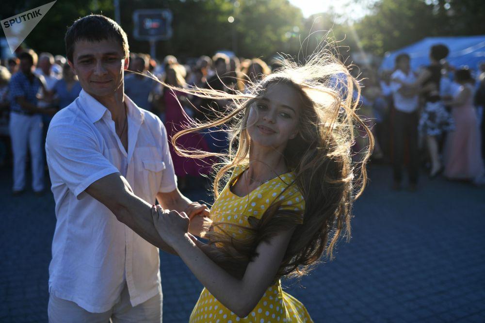 青年人在塞瓦斯托波爾城市舞會上起舞