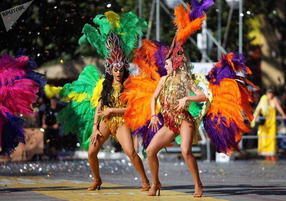 參加格連吉克狂歡遊行的人們慶祝度假季拉開帷幕