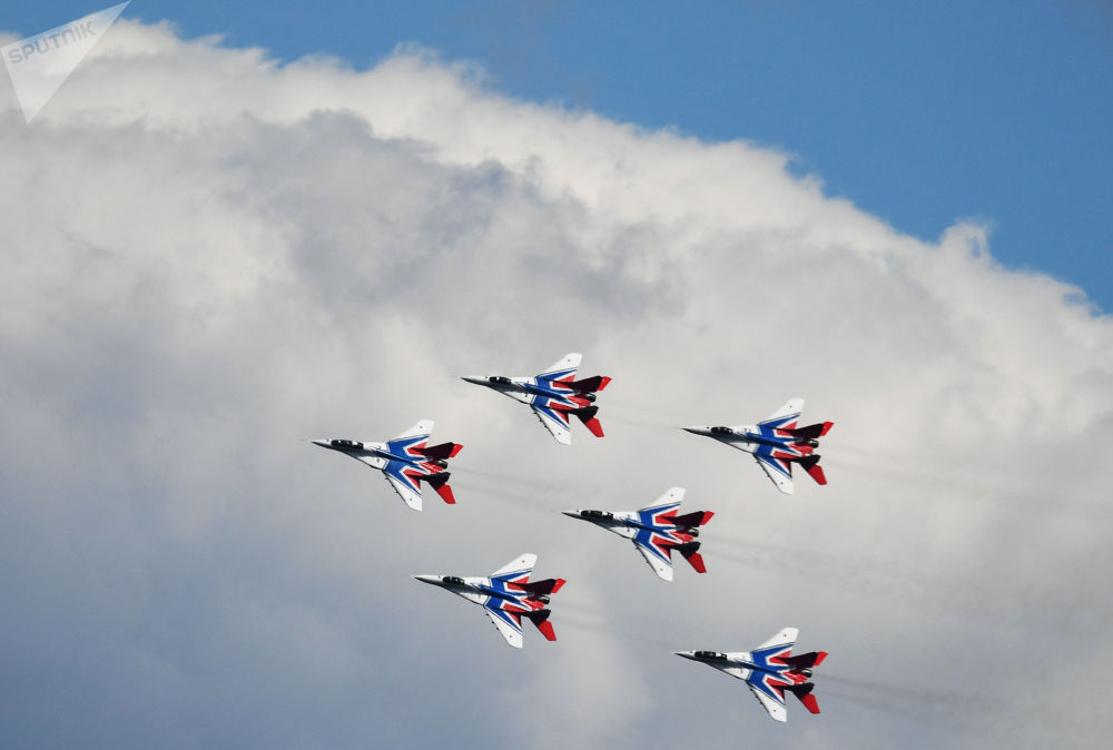 「雨燕」飛行表演隊在第五屆「軍隊-2019」國際軍事技術論壇上的表演