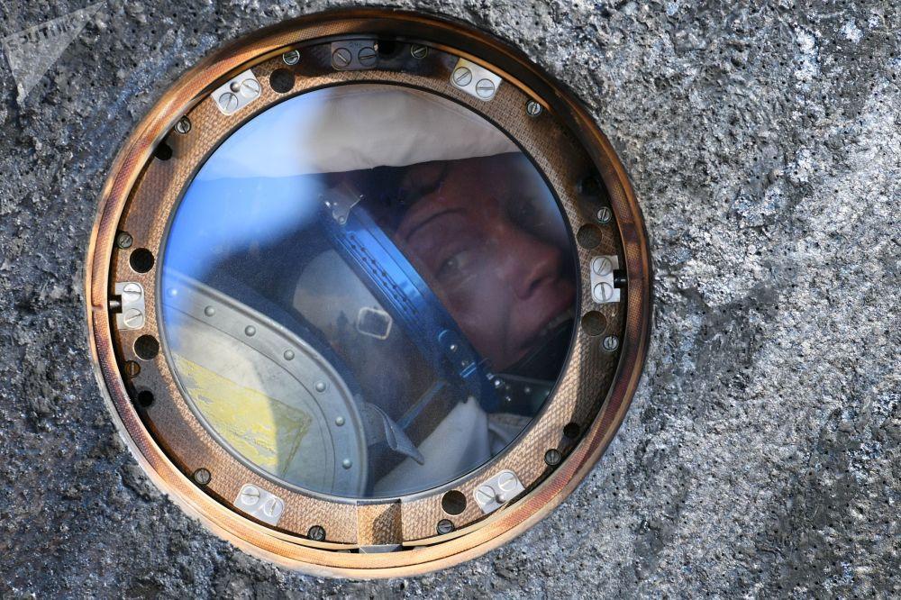 聯盟號MS-11載人飛船在哈薩克斯坦著陸之後的美國宇航局宇航員安妮·麥克萊恩