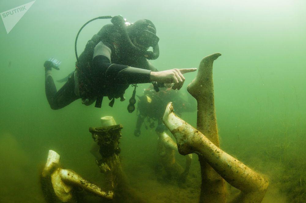 潛水員在特維爾州的水下潛泳