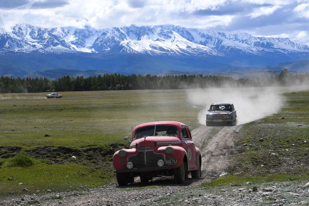 參加「2019北京—巴黎老爺車拉力賽」的參賽者駕駛1941年雪佛蘭超級豪華敞篷車和1972 年的VAZ-2103轎車行駛在俄羅斯阿爾泰共和國