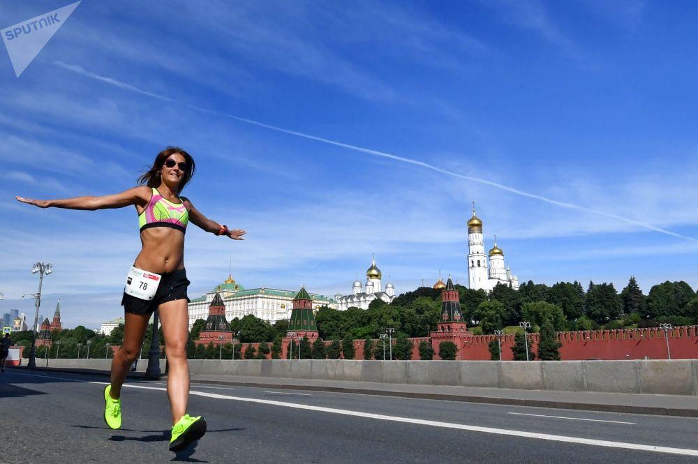 參加莫斯科心臟基金會舉辦的「綠色馬拉松」慈善賽的參賽者