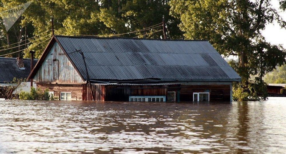 俄派1300余名官兵前往伊爾庫茨克州受災地區幫助救災