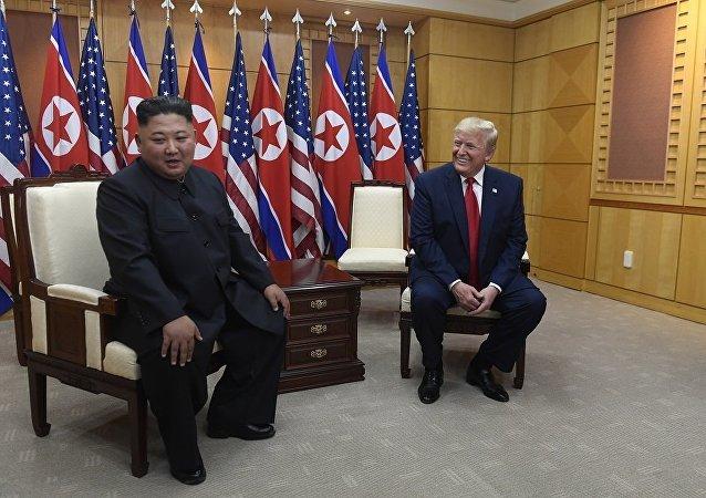 朝鲜领导人金正恩(左)和美国总统特朗普