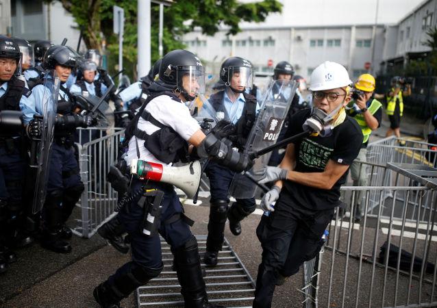 中国外交部驻香港公署:强烈谴责暴力冲击立法会