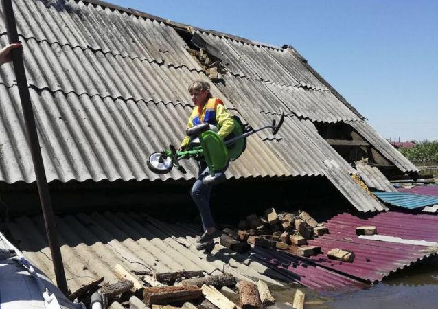 俄副总理:伊尔库茨克州洪灾造成3500多座住房彻底损毁