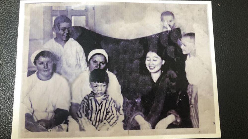 1958年5月,孟宪国在伊尔库茨克外伤整形研究所康复中 (男孩右侧是张纪英)