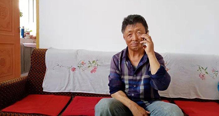 孟宪国接受卫星通讯社采访 (摄影:孙贵华)