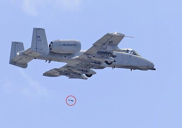 美国攻击机在佛罗里达上空与鸟相撞后意外被撞下三枚训练弹