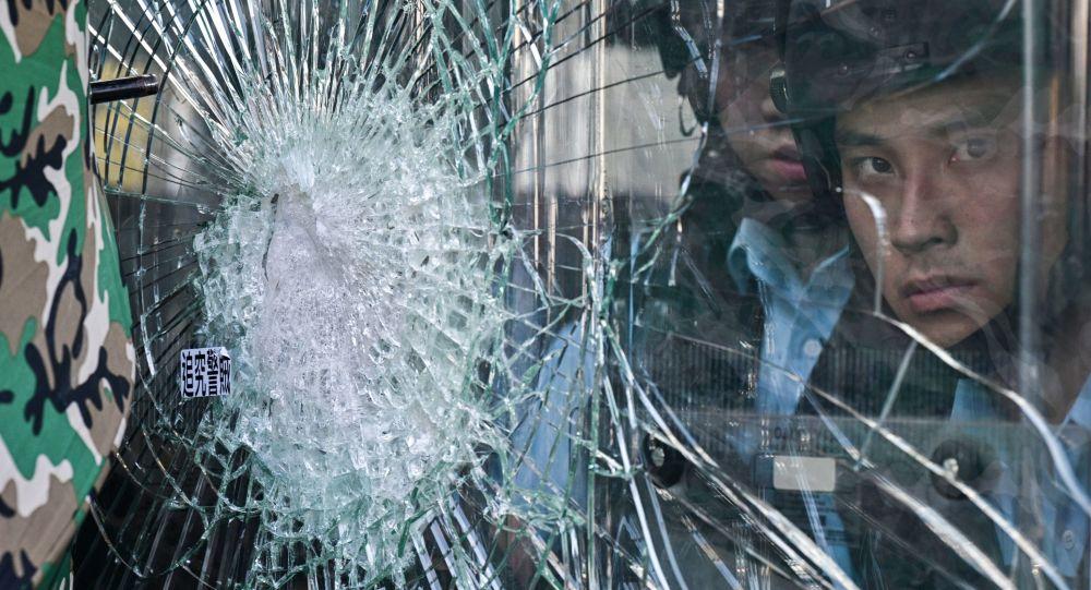 媒体:香港逮捕30余名抗议活动参与者 11名警察受伤