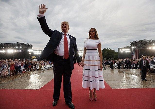 梅拉尼娅·特朗普参加独立日庆典 忘穿内衣