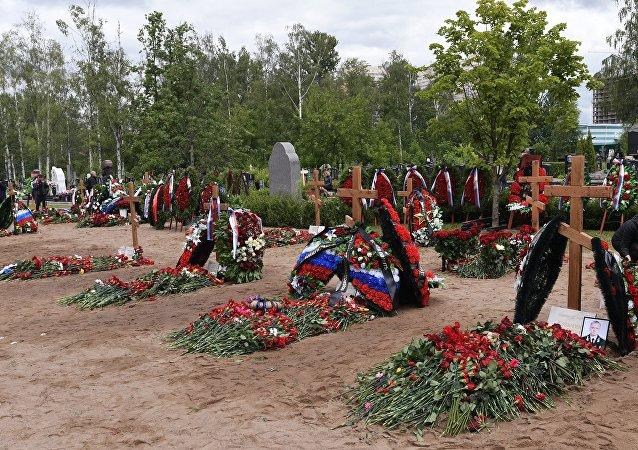 俄深水潜航器事故中遇难的海军人员的闭门葬礼在圣彼得堡举行