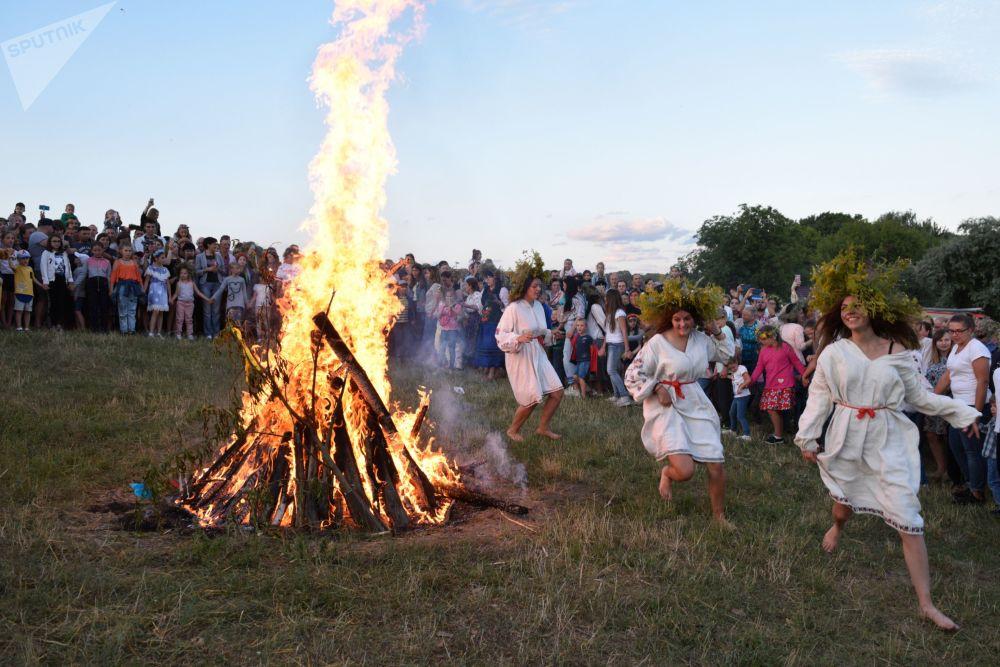 乌克兰姑娘们在庆祝伊凡·库帕拉节