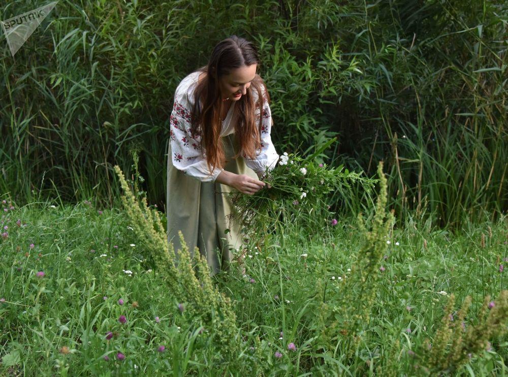伊凡·庫帕拉節上,姑娘們摘花編花環