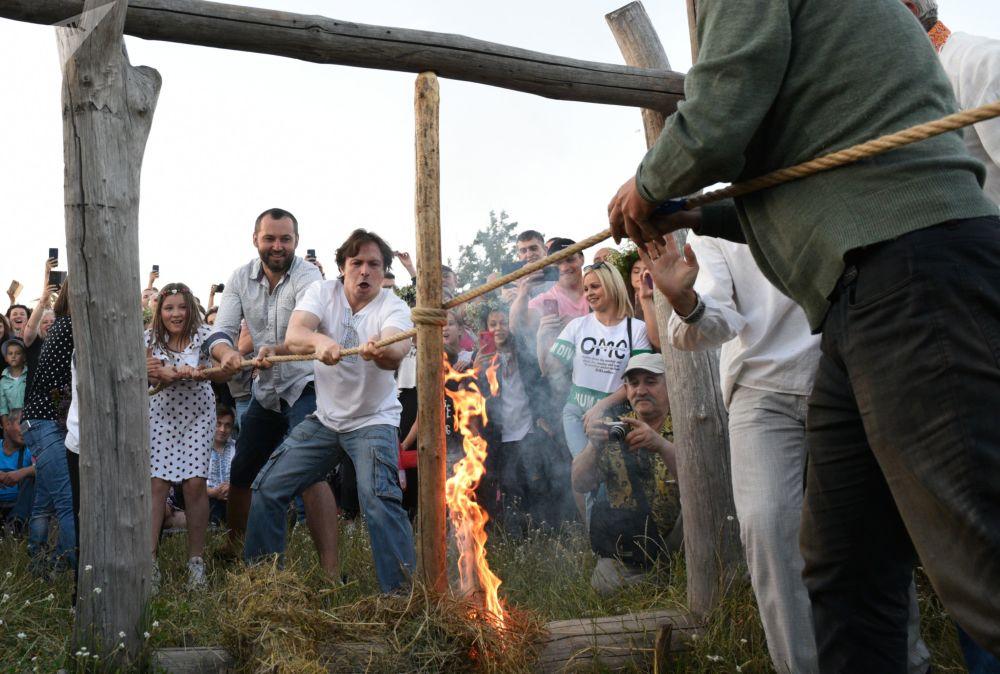 人们在伊凡·库帕拉节上点燃火把